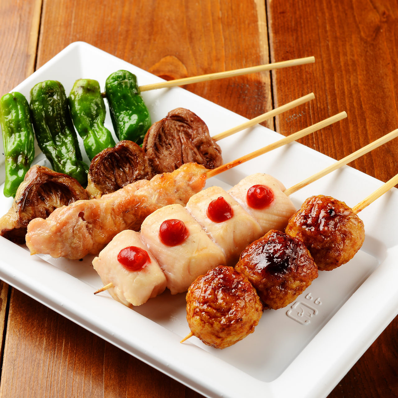定番の『もも』や『かわ』の肉串はもちろん、野菜串もご用意!