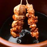 旨み溢れる鶏ガラベースにお酒やみりん、甘醤油で味付けた秘伝のタレ