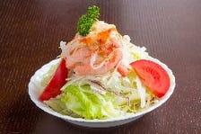 厳選した新鮮野菜の山盛りサラダ