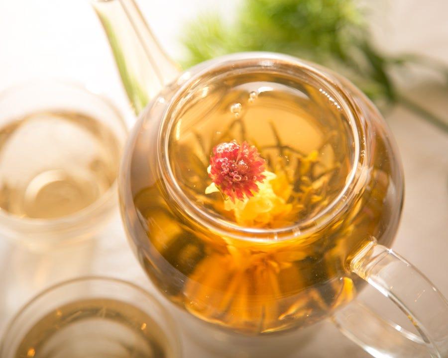 お湯を注ぐと可憐に咲く花茶は 見てキレイ飲んでキレイのお茶