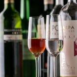 ソムリエが世界各国のワインを厳選。グラス1杯700円〜