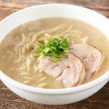 じっくり煮込んだスープが絶品『濃厚鶏白湯ラーメン』