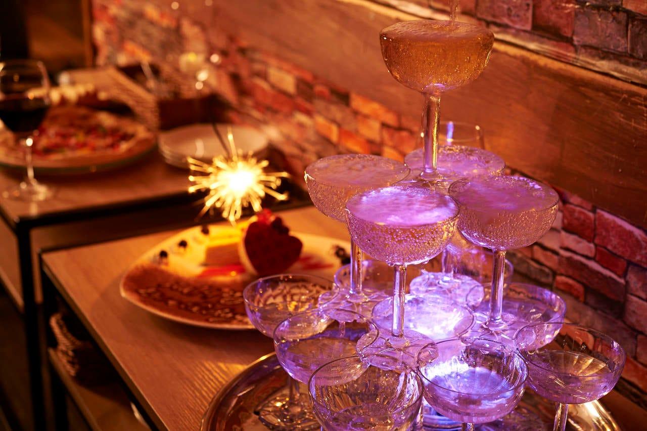 サプライズにシャンパンタワー♪アニバーサリーコース★2h100種ワインビュッフェ&その他飲み放題