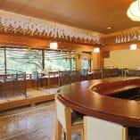 琵琶湖疏水を望む、1Fの小上がり席が人気です。