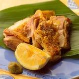 〝伊達鶏の塩焼き〟シンプルに肉本来の旨味を味わってどうぞ。