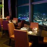 札幌の夜景を一望できる窓際席も テーブルシート