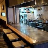 鉄板を目の前に料理が間近で見れるカウンター席☆