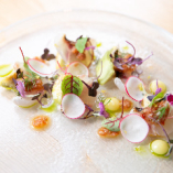 目にも美しい華やかな盛り付け。新鮮な鮮魚のカルパッチョ。