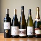 ソムリエ佐々木が厳選したフランスや日本のワインの数々。
