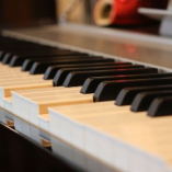 店内のBGMは自動演奏のピアノ