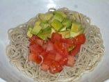 トマトとアボカドの蕎麦