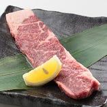 ロース肉を豪快に1枚でご提供「赤身ロースステーキ」