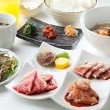 牛カルビ・鶏もも・豚カルビの他、冷麺や杏仁豆腐も楽しめる!「とくがわランチ」