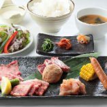 牛タン・カルビ・ハラミ・鶏ももやソーセージなどなど、ボリューム満点「よくばりランチ」