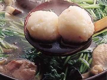 エビのすり身を入れて丸めたご飯ときのこや比内地鶏で煮込んだ鍋