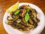 新鮮な比内地鶏と採れたての舞茸を サッと炒めた人気メニュー