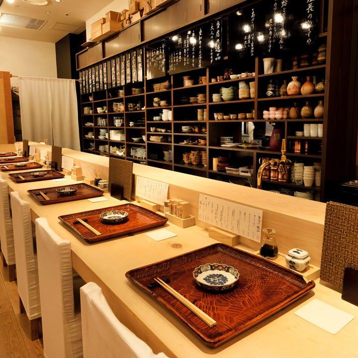 年代物の器などを飾った風情ある空間