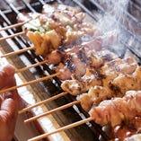 新鮮な鶏肉だけを使い一本一本毎日丁寧に手仕込み。備長炭で焼き上げることで、ふっくらジューシーな仕上がりに