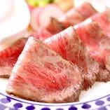 実はローストビーフも絶品。黒毛和牛を低温調理でとろける味わい