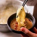 〆は太うどん、中華麺、雑炊でお楽しみください。うどんつゆ・中華スープもご用意しております。