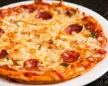 当店の人気メニュー 自家製チーズたっぷりの ピザ