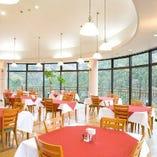 四季折々のパノラマ風景が望める、ガラス張りの空間。