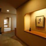 4階芳月の玄関 一組様フロアー貸切の個室です。落ち着いた雰囲気でお客様をお迎えいたします。