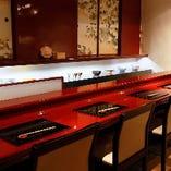 朱塗りのカウンター席。お一人様でのお食事もカウンターでゆっくりお召し上がりいただけます。