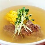 牛スネ肉とトウモロコシのスープ