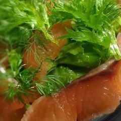 自家燻製サーモンマリネのサラダ