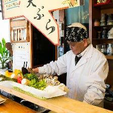食材を目の前で揚げる大将の天ぷら