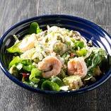 海老とアボカド、キヌアのサラダ