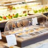 ココ・ビュッフェ・・料理は個々盛で提供。フードカバーで衛生対策。