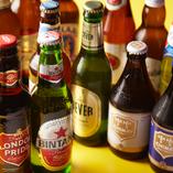 世界各国の厳選ビールを常時60種以上ご用意。飲み比べがおすすめ
