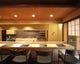 カウンター席ではオープンキッチンの 臨場感を満喫できる