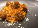 香草で香りづけをした肉団子のパスタ ポルペッティーノ