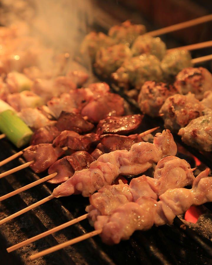 鮮度抜群の鶏を備長炭で焼き上げる!