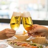 大きな窓からの風景と一緒に、ビールや唐揚をお楽しみください