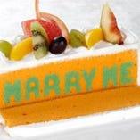 メッセージケーキは、当店オリジナル。お好きな言葉をチョイスして、サプライズを成功させましょう