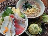 サービスちらし丼以外のすべての丼セットに日本そば小、もずく酢、小鉢が付きます。