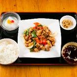 ご飯・スープ・杏仁豆腐・漬け物が付いたお得なランチ