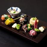 季節や食材に合わせて、使用する食器も変えております。オリジナルの物も含め沢山の陶器やガラスをご用意しております。季節やお料理に合わせて吟味する器もお楽しみください。