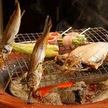 備長炭の炉で焼かれた素材を味わう、当店ならではの贅沢。