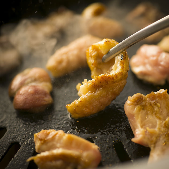 名物「焼鶏」は自分で焼くスタイルで