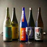 ワイングラスで味わう各地の厳選銘酒をラインナップ。