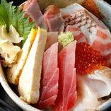 「海鮮丼」900円(税抜)など8種のランチはテイクアウトもOK
