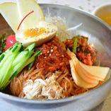 焼肉だけでなく、ビビン麺も味わえるランチメニューは種類豊富