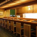 カウンターでは料理人が小気味良く躍動し、お客様をもてなす