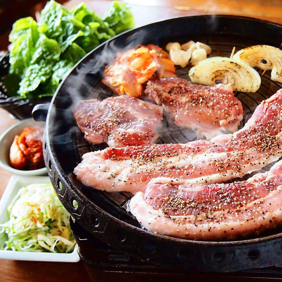 【鉄板サムギョプサル】 ジューシーな豚肉と野菜をサンチュで!