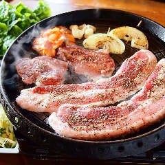 鉄板サムギョプサルセット【サンチュ・キムチ、ご飯・スープ、フリードリンク】